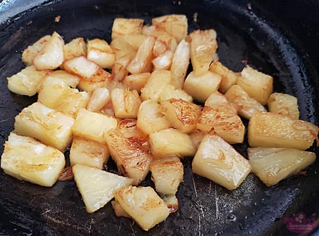 cogumelos na manteiga com, abacaxi e amendoim