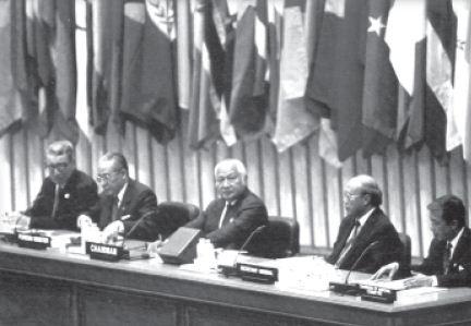 Presiden Soeharto memimpin sidang dalam Konferensi Gerakan Nonblok X di Jakarta pada tanggal 1 - 6 September 1992.