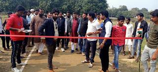बीसीसी क्रिकेट टूर्नामेंट का समाजसेवी ने फिता काट किया उद्घाटन।