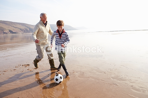 """O avô do Gabriel morreu  Zatonio Lahud    Estava fazendo uns alongamentos na Praia das Castanheiras ( Guarapari), após dar minha caminhada (ficar antigo é inevitável, ficar """"empenado"""" é opção) quando chega uma moça (uns 30 anos) com seu casal de filhos. Gabriel, 8 anos, e Ana, 4 anos. Gabriel pegou a bola que trazia e pediu à mãe pra chutar pra ele na baliza que estava perto onde eu fazia meus exercícios. Não deu muito certo a tentativa do Gabriel. A mãe não tinha nenhum jeito para jogadora de futebol e a irmã se metia no meio da brincadeira. Meio desolado, Gabriel, muito simpático, vira-se pra mim e diz: - Quer brincar comigo? Você chuta e eu fico no gol! - Tá bom!- disse eu. E comecei a chutar para as defesas do Gabriel. A mãe foi brincar com a Ana na beira d´água. O menino ficou radiante ao perceber que eu sabia chutar e pulava sem medo nas bolas por mim chutadas. Leva jeito, o Gabriel. Após brincar por uma meia-hora, a mãe veio chamar o filho. Estava na hora de ir embora. Antes, virou pra mim e disse: - Obrigado por ter brincado com o Gabriel! Quem fazia isso com ele era o avô, meu pai, que morreu em um acidente de carro têm 3 meses. Ele sente muita falta do avô!- completou a mãe, com lágrimas nos olhos. - Quantos anos seu pai tinha?- perguntei. - Sessenta e dois!- respondeu a mãe. - Da minha idade... Meus sentimentos- disse a ela. Gabriel veio, me deu um abraço e foram embora. Eu, lembrando de quando fazia o mesmo com meu filho (que também era goleiro) na Praia de Icaraí, em Niterói, também peguei o caminho de casa. Com os olhos úmidos. Pela perda do Gabriel e por saudade de meu filho."""