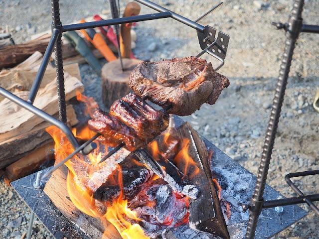 37CAMP BBQスキュワー こんがり肉を焼く