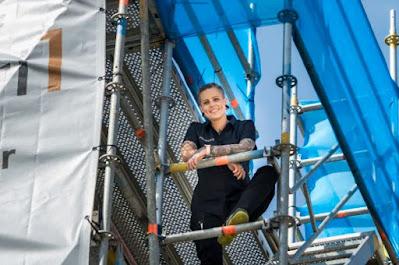 Emmalena Andersson uppe i en byggnadsställning