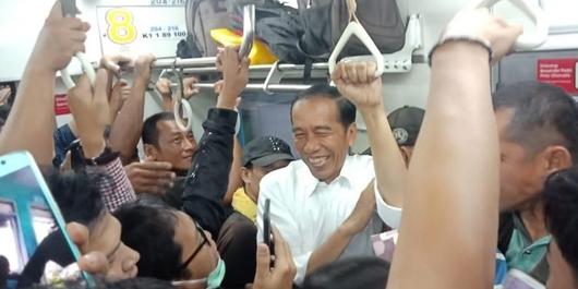 Jokowi Buka-bukaan Sengaja Naik KRL di Jam Sibuk, Ini Alasannya