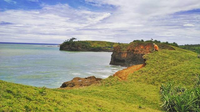 Pantai Karang Bolong Sukabumi, Indahnya Pantai dengan Hamparan Rerumputan