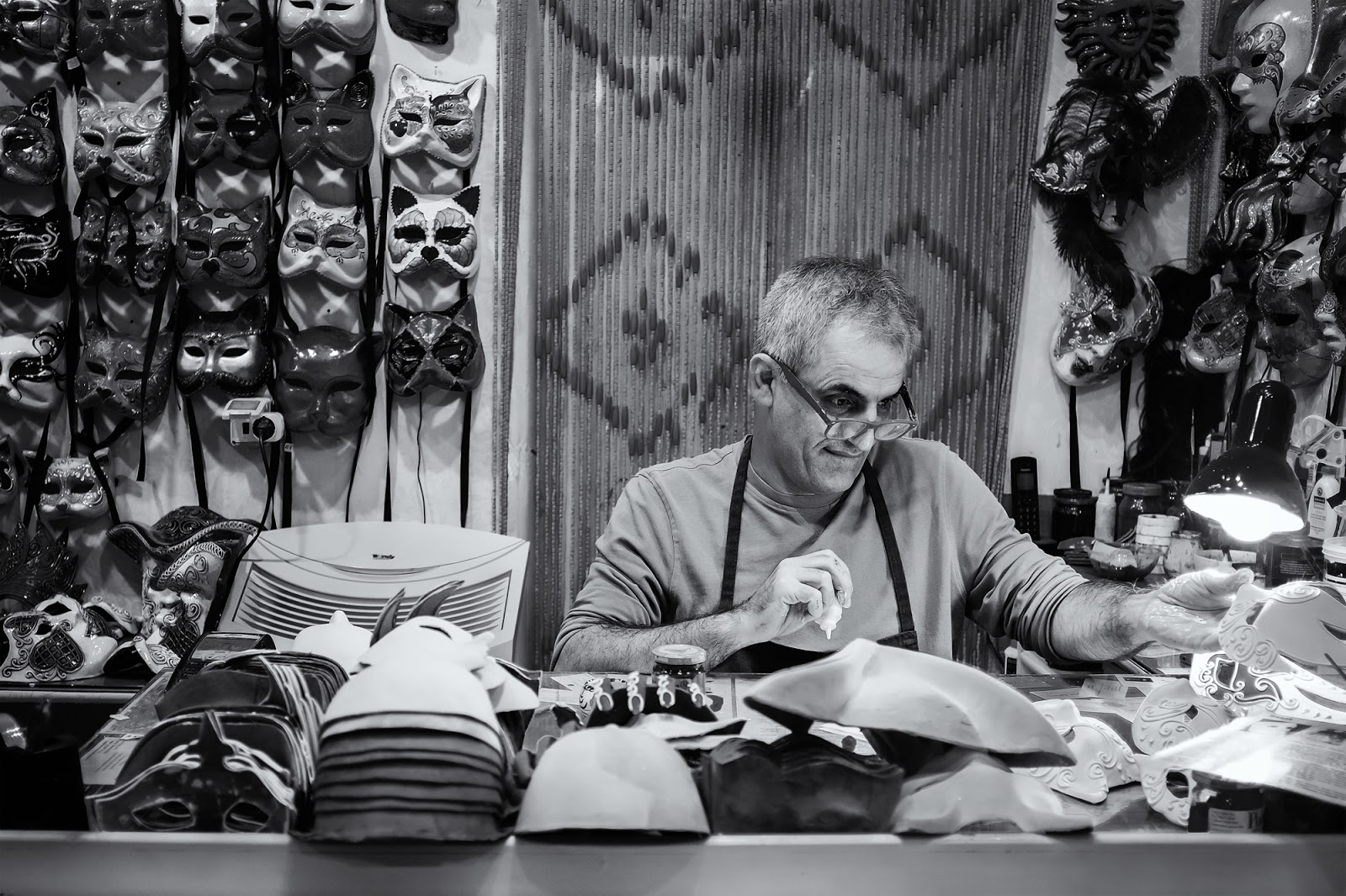 Fujifilm x100s image of a mask maker in Venice by willie kers