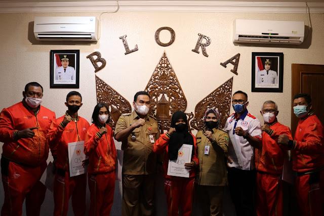 Arief Rohman dan Tri Yuli Setyowati Lepas Keberangkatan Atlet dan Pelatih Blora ke PON XX Papua.lelemuku.com.jpg