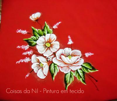 tecido oxford vermelho com pintura de papoulas brancas