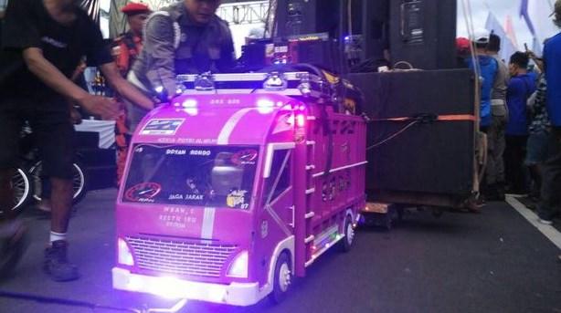 Miniatur truk dengan sound system