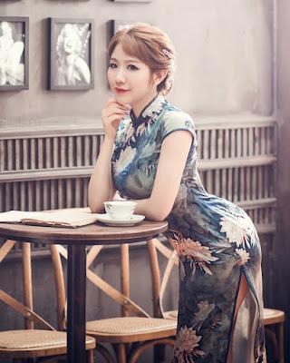 cewek china pakai baju Choengsam