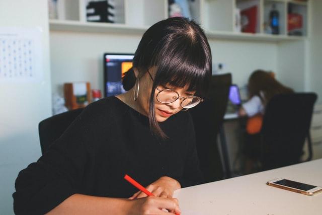 Wanita berkacamata cenderung memiliki sikap yang disiplin dan teliti