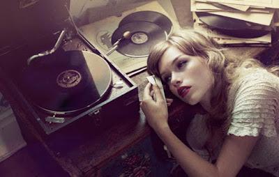 mujer-escuchando-musica-triste