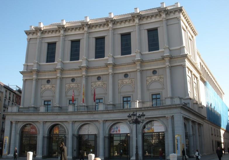 La fachada principal del edificio, en la plaza de Oriente, de tres plantas y estilo neoclásico.
