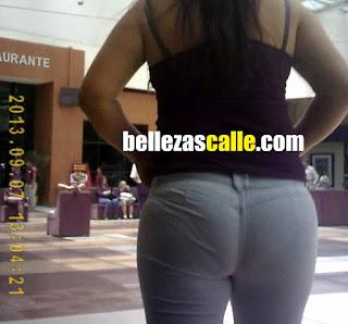 Guapa mujer curvilínea pantalon liso apretado calzon marcado
