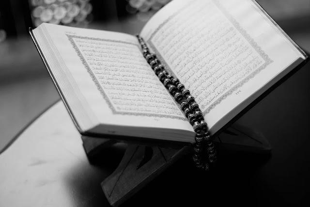 Membaca kitab suci Al Qur'an dan memahami isi kandungannya
