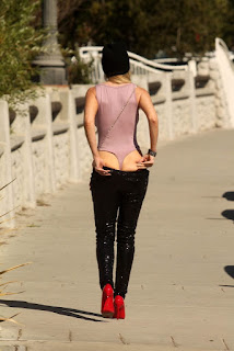 Ana-Braga-flashes-her-booty-for-paparazzi-during-a-shopping-trip-in-Calabasas.-v7difsg7fd.jpg