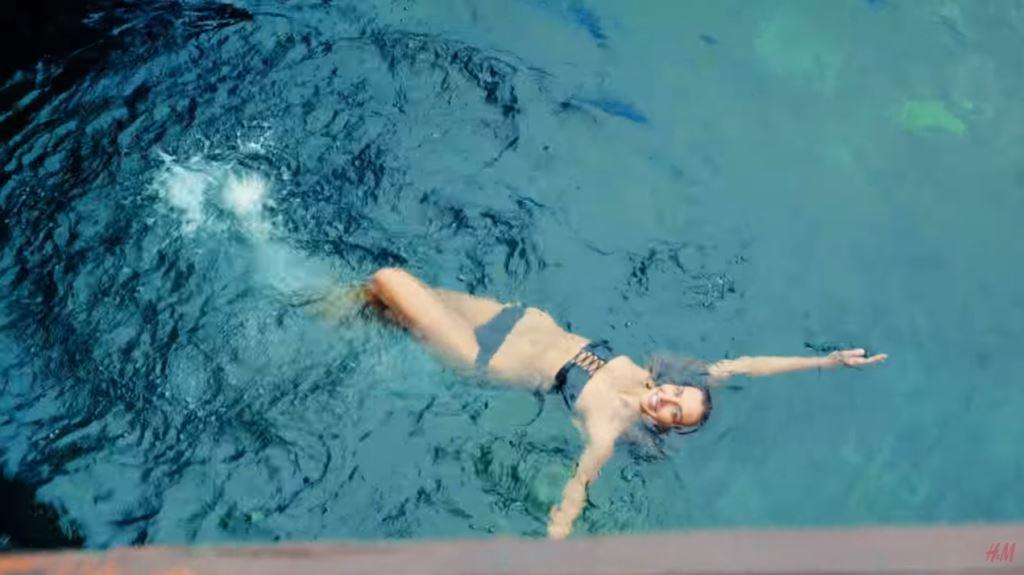 foto modello modella h&m pubblicita estate costumi 2016 testimonial