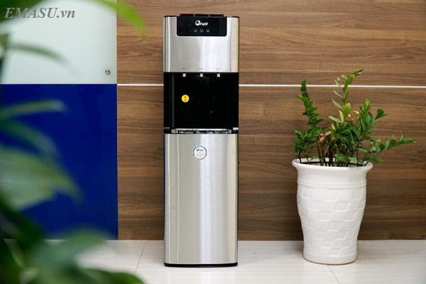 Cây nước nóng lạnh FujiE WD7500C màu trắng sang trọng, trang trí inox và nhựa đen bóng, thiết kế kiểu Hàn Quốc