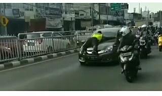 Viral Polisi Naik Ke Kap Mobil Untuk Menghentikan Mobil