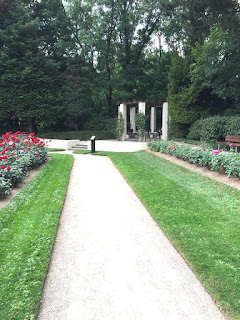 Rosengarten Fort X Köln: Weg mit Blick auf den Pavillon