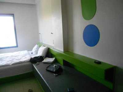 interior kamar pop hotel kuta