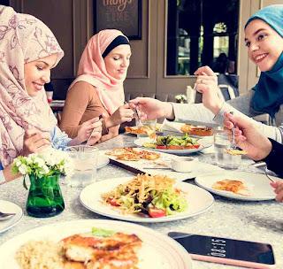 نساء يتناولن الطعام