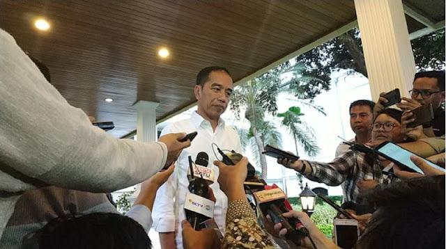 Jokowi Balik Badan saat Ditanya Penangkapan Dandhy dan Ananda