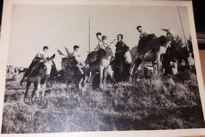 Carrera de burros en Salvacañete en a principios de los años 1960.Foto gentileza de mi amigo  José Alberto Abril Alcalá, primero de la izquierda en la fotografía.