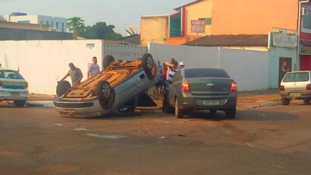 Veículo avança preferencial e acaba batendo violentamente em outro carro vindo a capotar no centro de Porto Velho
