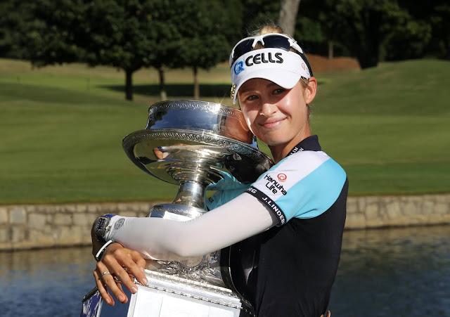A golfista estadunidense Nelly Korda abraça o troféu conquistado no Women's PGA Championship 2021