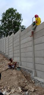 pemasangan pagar panel beton di kawasan industri candi