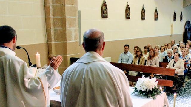 La alcaldesa, Amaia del Campo, y el concejal de Hacienda, Danel Sola, en misa durante las fiestas de Burtzeña