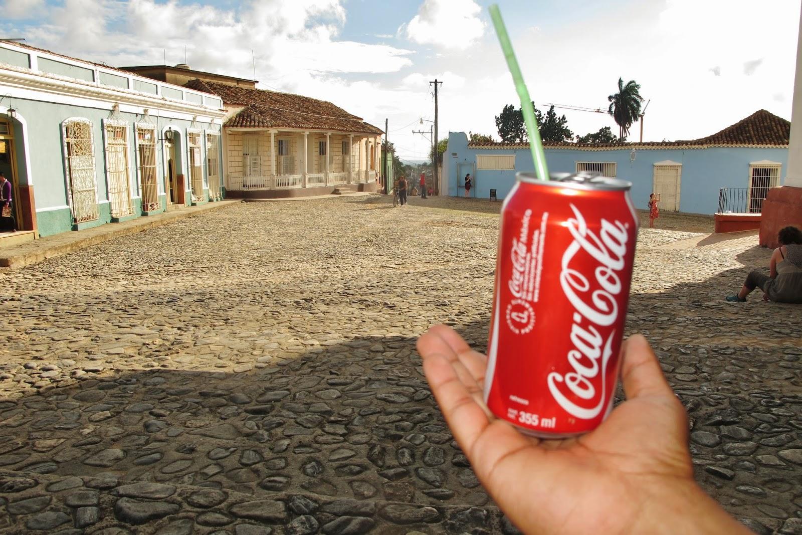 Imperialismo yanque no Centro histórico de Trinidad, em Cuba.
