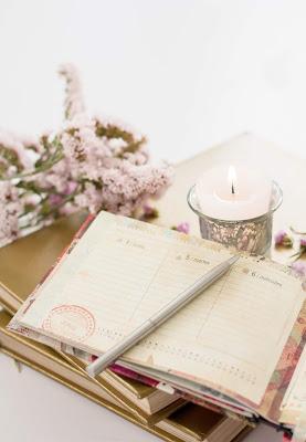 Agenda, vela y flores