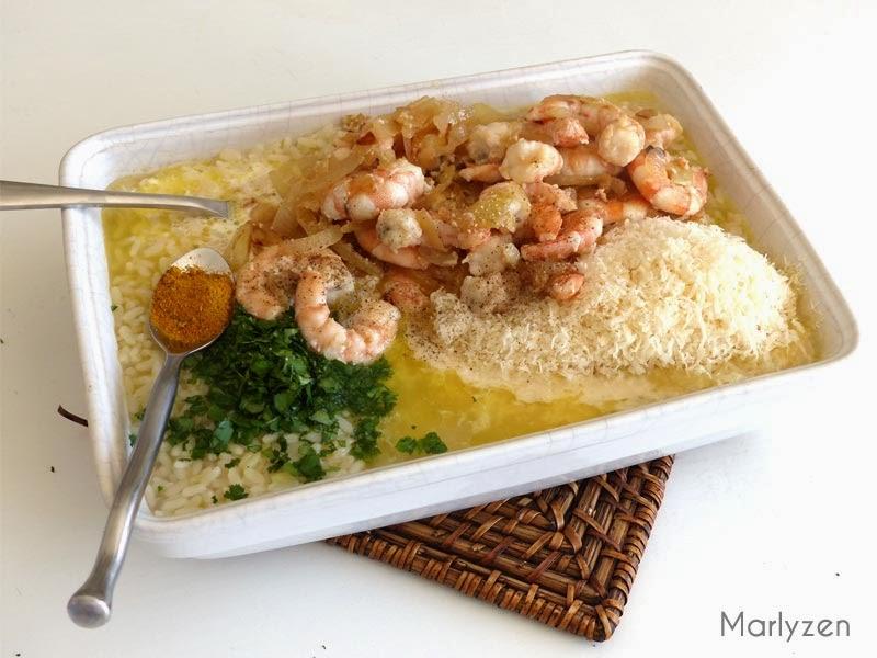 Ajoutez la crème, le curry, les crevettes, les oignons, la coriandre et le parmesan.