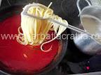 Spaghete preparare reteta - punem pastele in sosul de rosii