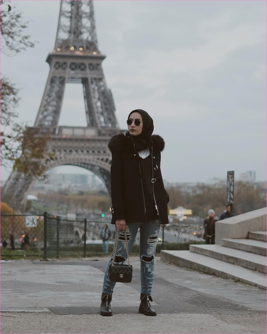 Outfit Baju Traveler Berhijab untuk Keluar Negri Ala Selebgram 2018 kacamata square hijab slingbags channel boots flats jacket hoodie bulu legging hitam kemeja blouse putih ootd outfit trendy menara eiffel tower london coat