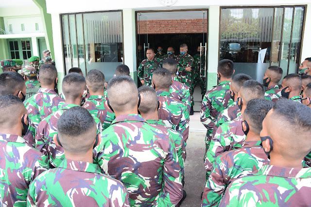 Arnold Ritiauw Lepas Keberangkatan Personel Kodim 1511/Moa dari Korem Binaiya