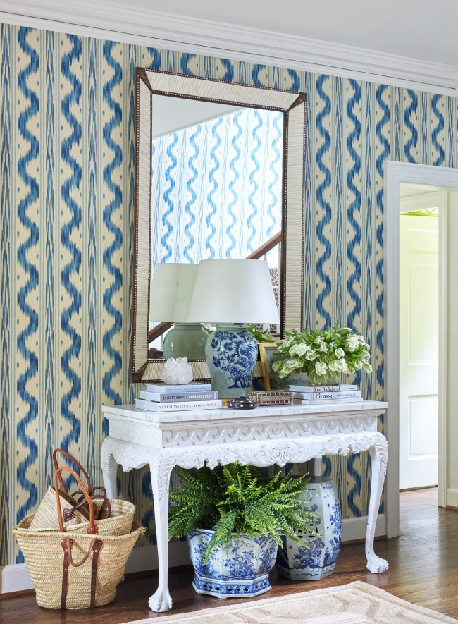 Chinoiserie chic: the blue and white chinoiserie foyer