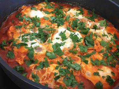 Pomidory z jajkami na pożywne śniadanie
