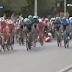 Vídeo de la caída provocada por un espectador en el final de la 1ª etapa de la Vuelta a San Juan 2020