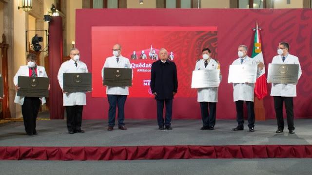 El presidente Andrés Manuel López Obrador entregó la Condecoración Miguel Hidalgo al personal de salud que trabaja en hospitales COVID.
