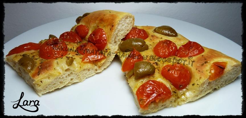 http://cucinaconlara.blogspot.it/2014/08/focaccia-soffice-con-pomodorini-e-olive.html