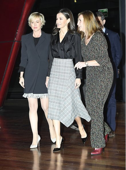 Queen Letizia wore a pointed check wool skirt by Massimo Dutti. On the International Safe Internet Day. Cybersecurity Institute