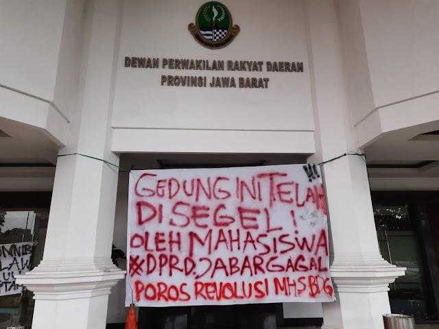 """Mahasiswa Bandung """"SEGEL"""" Gedung DPRD Jabar"""
