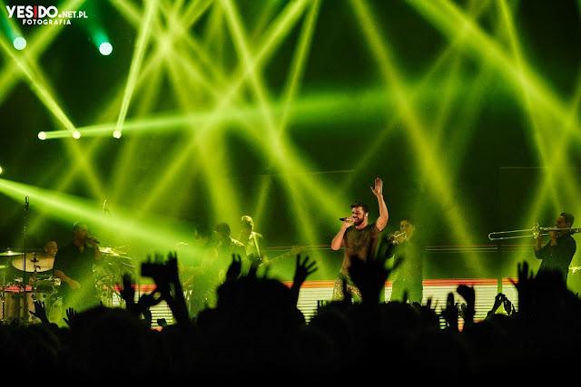 Ricky Martin z zespołem na koncercie w Ergo Arenie w Gdańsku