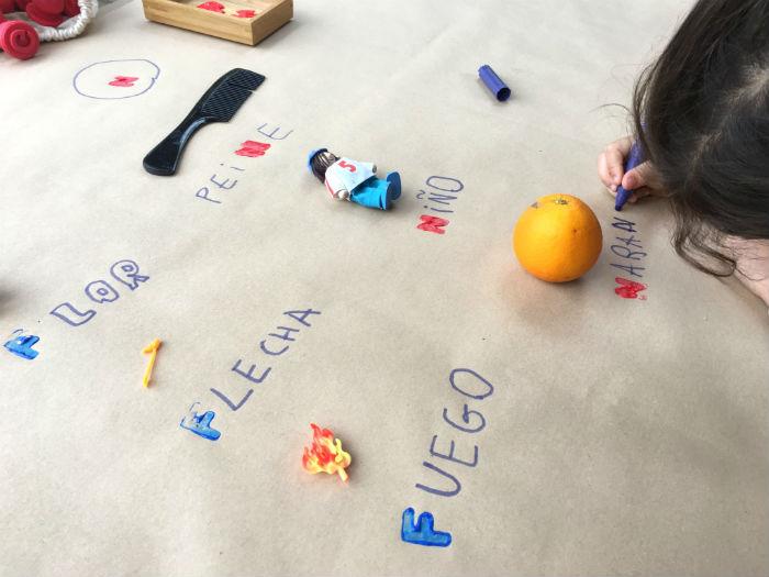 inventar historias lectoescritura y creatividad con sellos letras y pintura natural eco