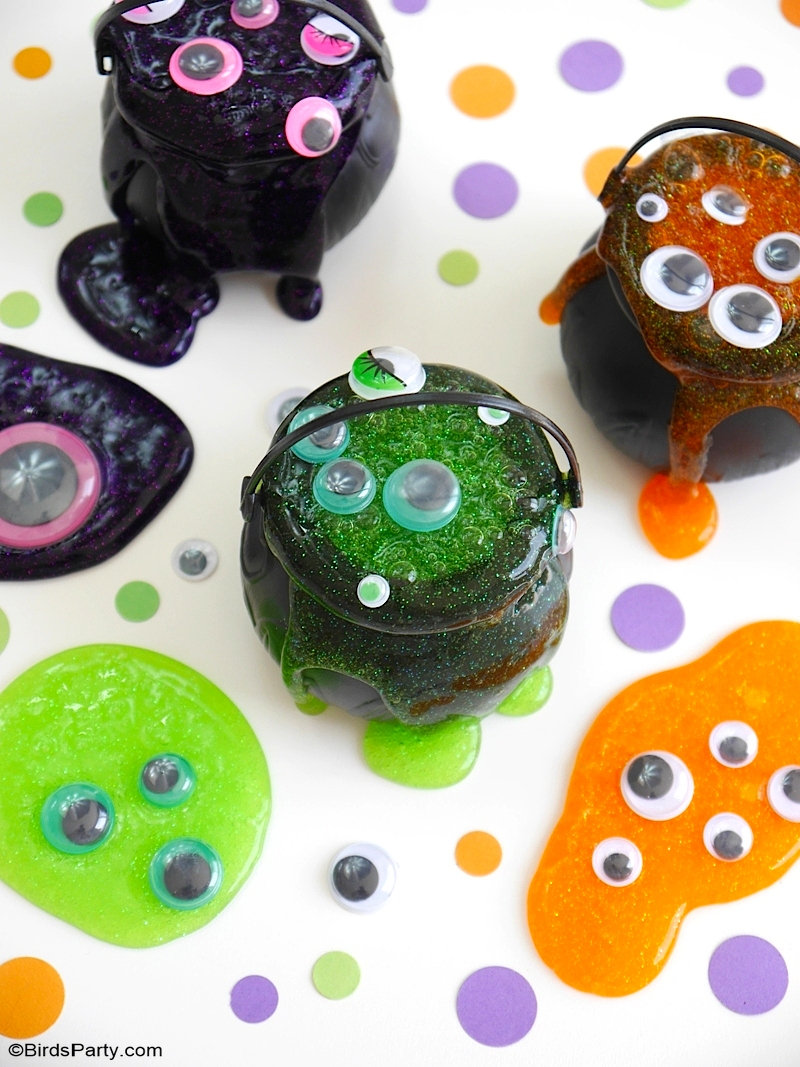 Quick and Easy Halloween Slime Recipe For Kids - learn to make this fun and pretty spooky slime for your Halloween party! by BirdsParty.com @birdsparty #slime #slimerecipe #halloween #halloweenslime #monsterslime #halloweencrafts #diyslime #diyhalloween #halloweenslimerecipe #slimeforkids #howtomakeslime