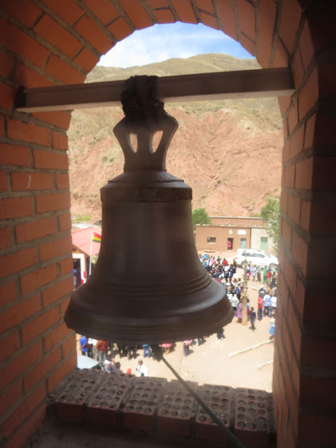 Blick vom Glockenturm auf den Dorfplatz von Esmoraca