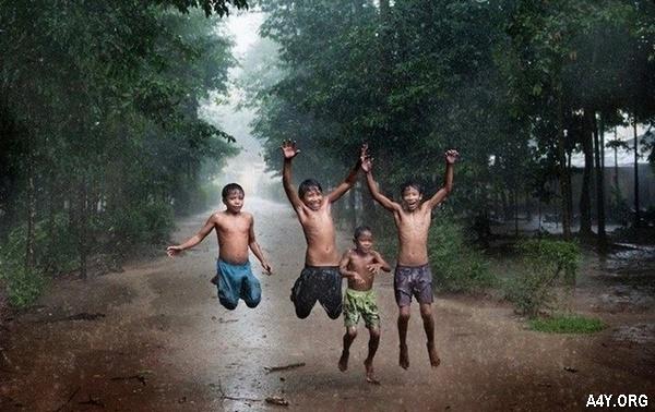 trẻ em tắm mưa