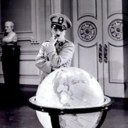 #PraCegoVer: Cena do filme O Grande Ditador, Charlie Chaplin .